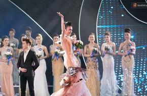 Clip: Thí sinh Hoa hậu Biển vấp váy, té ngã trên sân khấu được gọi tên vào Top 40 trong đêm Bán kết