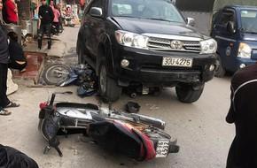 Hà Nội: Xe ô tô đâm liên hoàn 3 xe máy, một cháu bé 7 tuổi tử vong, hai người  bị thương