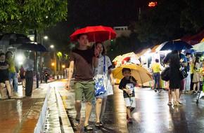 Phố đi bộ Trịnh Công Sơn dài 900m sát hồ Tây khai trương trong mưa vẫn thu hút người tới tham quan