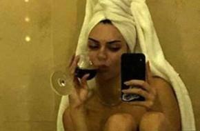 Vừa đến Cannes, Kendall Jenner đã tung ngay ảnh khỏa thân trong nhà tắm
