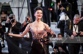 Hoa hậu Trung Quốc trơ trẽn khoe vòng 1 trên thảm đỏ Cannes bị