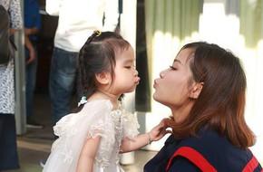 Loạt ảnh mẹ và con gái cùng dự lễ tốt nghiệp Đại học khiến ai nấy thích thú, nào ngờ chuyện phía sau rất buồn