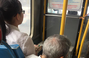 Hình ảnh cô gái trẻ ngồi trên ghế, để cụ ông lớn tuổi ngồi bệt trên sàn xe bus bị lên án dữ dội