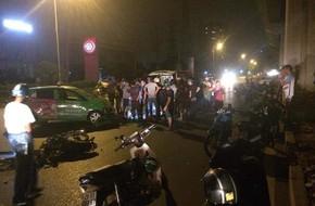 Hà Nội: Tai nạn taxi va chạm với xe máy đi ngược chiều, 2 người nguy kịch