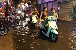 Mưa to gần 1 giờ khiến đường ngập, mọi người phải dắt xe lội về nhà ở Cổ Nhuế