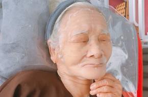 Hai cụ bà 90 tuổi vẫn rủ nhau đi spa chăm sóc da, đắp mặt nạ khiến chị em kháo nhau: Sau này mình già cũng thế nhé!