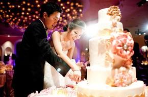 Đám cưới nào cũng có phần cô dâu cùng chú rể cắt bánh cưới và ý nghĩa của thông tục này thú vị lắm