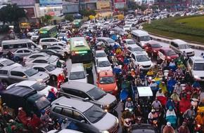 Đường vào sân bay Tân Sơn Nhất ngập nước và kẹt xe không lối thoát sau cơn mưa lớn ở Sài Gòn