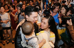 Quốc Cơ - Quốc Nghiệp òa khóc, ôm chầm lấy cha mẹ, vợ con ngay khi về đến sân bay Tân Sơn Nhất