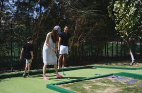 Hình ảnh Hồ Ngọc Hà - Kim Lý đưa Subeo đi đánh golf được người bạn chia sẻ