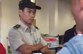 Clip khách nam quát mắng, xông vào nữ nhân viên ở sân bay vì cho rằng bị 'bắt xếp hàng' nên check-in muộn, Vietjet nói gì?