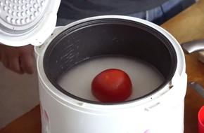 Chàng trai bảo mọi người cho cả quả cà chua vào nồi cơm điện như mình, ai làm theo cũng khen nức nở