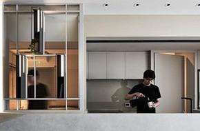 Bên trong ngôi nhà có nội thất bố trí nhiều góc cạnh