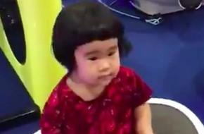 Clip: Cô bé dành cả tuổi thơ để ngồi rung lắc trên máy mát-xa với biểu cảm khó đỡ