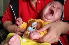 Con mới sinh đã mắc căn bệnh hiếm gặp ngặt nghèo, bố mẹ suốt ngày thay nhau bế vì con nằm xuống là tắt thở