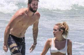 Miley Cyrus diện bikini nóng bỏng, nô đùa trên biển với bạn trai Liam Hemsworth