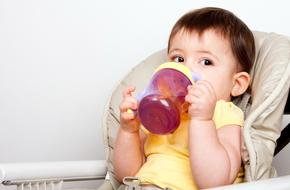 Ba loại bình tập uống đầu đời tốt nhất cho trẻ bắt đầu ăn dặm