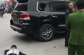 Hà Nội: Nam thanh niên đi xe máy thử độ cứng của Lexus LX570 và nằm bất động giữa đường ngay sau đó