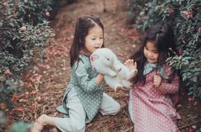 Cô bé sợ chó tái xuất trong bộ ảnh mới: Chụp ảnh với thỏ nhưng chỉ dám nhìn!