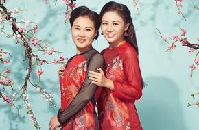 Diện áo dài đỏ rực, Văn Mai Hương xinh đẹp bên mẹ ruột trẻ trung