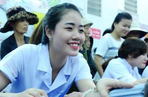 Không kịp về quê đón xuân, nữ điều dưỡng xinh đẹp lặn lội từ Sài Gòn ra miền Trung khám bệnh, phát quà Tết cho người dân