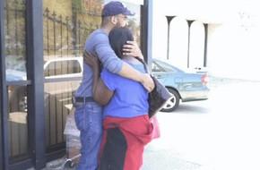 Tặng cho người phụ nữ vô gia cư 4 triệu đồng, chàng trai trẻ bất ngờ đến xúc động trước cách cô sử dụng món tiền