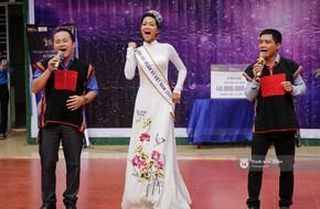 Clip: H'Hen Niê về trường, lên sân khấu nhún nhảy theo tiết mục