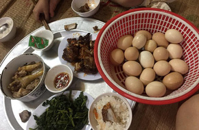 Khi nhà có anh chồng không biết nấu ăn mà lại chăm vào bếp, mâm cơm mỗi ngày của vợ sẽ có cả rổ trứng luộc thế này