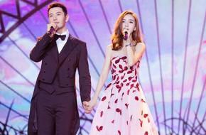 Ghen tỵ với cảnh vợ chồng Huỳnh Hiểu Minh - Angelalaby tình tứ nắm tay ca hát