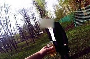 Thiếu gia Nga vung tiền mua người uống nước tiểu, thoát y giữa phố