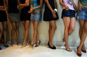 Hầu tòa vì mặc váy, 500 luật sư nhận cãi giúp