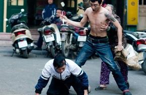 Thanh niên cởi trần cầm kéo dọa đâm một  phụ nữ giữa phố cổ Hà Nội