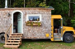 """Ngắm ngôi nhà di động nhỏ xinh được """"chế"""" từ xe buýt"""