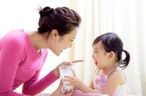 Vì sao mẹ nên thêm sữa tươi vào thực đơn của bé trên 1 tuổi