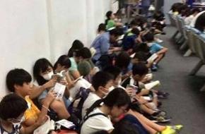 Trầm trồ trước cảnh học sinh Nhật Bản đồng loạt đọc sách tại sân bay