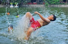 Nghỉ hè, trẻ nhỏ nô nức tắm mát, đùa nghịch dưới ao làng nghìn năm tuổi tại Thủ đô