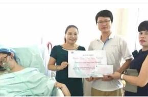 Người phụ nữ cười khi trao quà cho bà mẹ ung thư lên tiếng xin lỗi