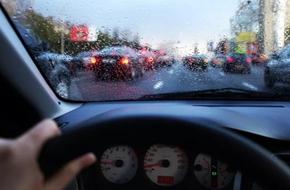 Khi sự vô cảm của một tài xế ám ảnh người phụ nữ bồng bế 2 con chạy dưới mưa