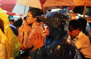 Hàng nghìn người đội mưa trong đêm dự đại lễ Vu Lan tại chùa Phúc Khánh