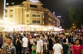 Cảnh tượng chen chúc đông như kiến tại Hồ Gươm đêm thứ 2 phố đi bộ khai trương