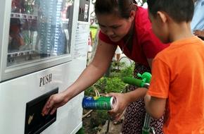 Hà Nội: Nhiều người dân phàn nàn máy bán hàng tự động không trả lại tiền tại Hồ Gươm