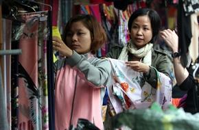 Hà Nội: Đồ mùa đông đắt khách những ngày trở rét, chị em công sở tranh thủ giờ nghỉ đi mua sắm