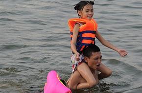 Hồ Linh Đàm 10 ngày 2 người chết đuối, cha mẹ vẫn đưa con đến tắm