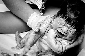 Những hình ảnh kỳ diệu của một ca sinh con dưới nước