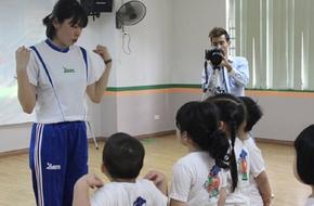Cô giáo Nhật dạy 8 động tác thể dục tại nhà giúp trẻ thông minh hơn