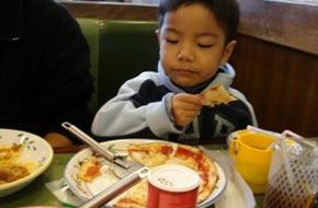 Mẹ Nhật làm gì khi trẻ bỗng đòi uống nhiều sữa và ăn đêm?