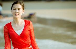 """""""Bạch Xà"""" Huỳnh Thánh Y rạng rỡ đi dạo biển"""