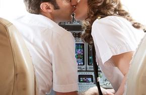 """Nữ tiếp viên hàng không thừa nhận """"thường sex với phi công"""" sau mỗi chuyến bay"""