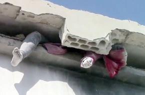 Thi thể người phụ nữ mắc kẹt trong bức tường đổ nát khiến thế giới chấn động