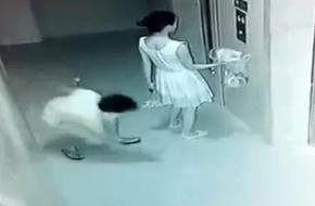 Bị kẻ bệnh hoạn sàm sỡ ngay tại sảnh chung cư, cô gái trẻ vẫn không hề hay biết